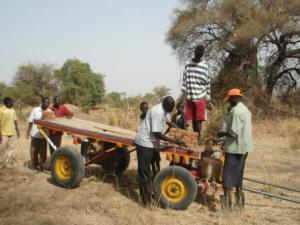 Loading the bricks onto the Wäramoth community cart
